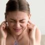 Udito ovattato: cause e sintomi